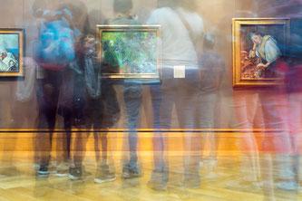 Hier siehst du eine Gruppe im Museum vor tollen Kunstwerken.