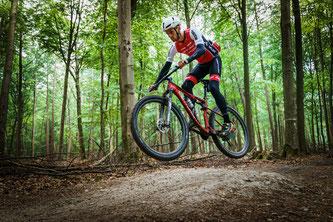 Ein Mountainbiker aus Essen fährt Probe: Der neue Haardt-Trail führt entlang der Städte Haltern, Datteln, Marl und Oer-Erkenschwick durch den Wald.
