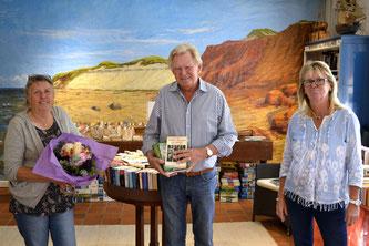 Angelika Böhm (r.) dankte Sylta Schmidt für ihr Engagement und begrüßte Manfred Holst herzlich als neuen Ansprechpartner für die Bücherei-Besucher Foto: Deppe