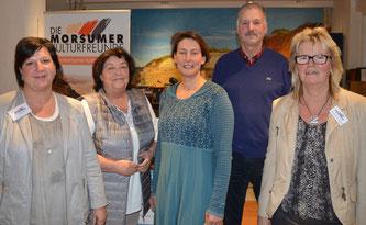 Die neue Kassenwartin Anke Sieg (Mitte), neben ihr die wieder gewählten Vorstandsmitglieder Helga Simonsen und Holger Weirup – eine gute Wahl befanden auch die Vorsitzende Maren Ehmke (l.) und ihre Stellvertreterin Angelika Böhm (r.) Fotos: Deppe
