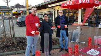 Michael Klement und Katja Ruiters mit dem SPD-Landrats-  Kandidaten auf seiner Ideentour in Much
