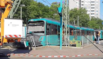 U-Bahn fährt über Prellbock hinaus © Klaus Leitzbach/FRANKFURT DOKU