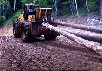15 Tonnes + charge autant plus +des chenilles sur les roues pour mieux labourer + hauteur talus et largeur de la piste  !