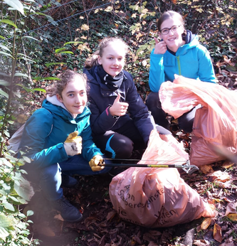 Hanna, Smilla und Antonia räumen richtig auf. Bei der Aktion wurden insgesamt unglaubliche 68 Säcke mit Müll gefüllt.