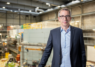 Christian Rüegg, Direktor des Paul Scherrer Instituts PSI, will unter anderem die Verarbeitung der gewaltigen Datenmengen, die an den Grossforschungsanlagen entstehen, in einem eigenen Forschungsbereich optimieren. (Foto: Scanderberg Sauer Photography)