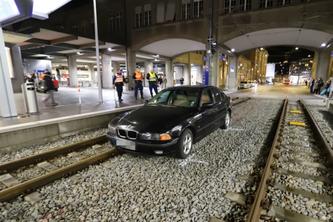 Der BMW gerät auf die Geleise. (Bildquelle: Stadtpolizei St.Gallen)