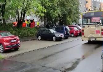Krankenwagen stehen in der Hasselstrasse. In einem der Häuser wurden fünf tote Kinder gefunden.