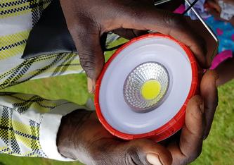 Sauberes Licht: LED-Lampen ersetzen in Afrika offene Feuer und Petroleumlampen. Bild: Empa / ETH