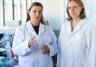 Studienleiterin Dorothee von Laer (li) und Janine Kimpel (re) vom Institut für Virologie der Medizinischen Universität Innsbruck. (c) Florian Lechner/MUI