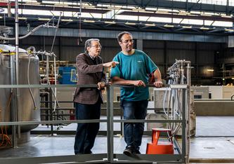 Franz Kottmann (links) und Karsten Schuhmann, die beide wesentliche Vorarbeiten für das entscheidende Experiment geleistet haben (Foto: Paul Scherrer Institut/Markus Fischer)