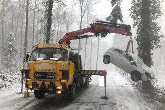 Bergung des Unfallfahrzeuges (Bildquelle: Schaffhauser Polizei)