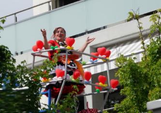 Clown auf Hebebühne