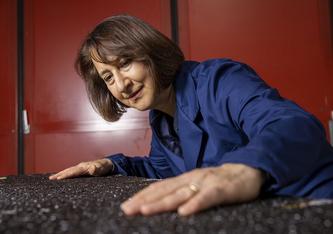 Bitumen im Blick: Lily Poulikakos leitet an der Empa die Testreihen und hilft, die Eigenschaften von Gummi-Asphalt realistisch einzuschätzen. Bild: Gian Vaitl