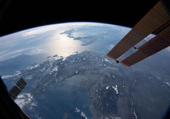 Unabhängig von der Nutzung, ob im natürlichen Erdsystem oder der von Menschen erschaffenen Technosphäre, wird die gesamte Energie letztlich wieder ins All abgestrahlt. Bild: NASA
