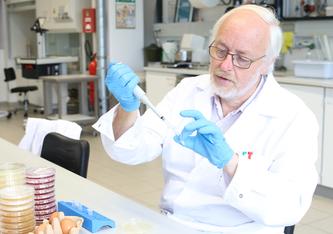 Der Mikrobiologe PD Dr. Heribert Keweloh ist Mitautor eines neuen Buches über Infektionen im Alter. Das Foto ist im Labor für Lebensmittelmikrobiologie an der FH Münster entstanden, dort hat Keweloh bis 2020 gelehrt. (Foto: FH Münster/Dzemila Muratovic)