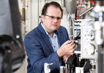 Roger Benoit an der Strahllinie der Synchrotron Lichtquelle Schweiz SLS. Hier hat er die Strukturen der Fusionsproteine bestimmt. (Foto: Paul Scherrer Institut/Mahir Dzambegovic)
