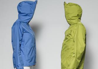Regencape aus recyclingmaterial. Die grüne Farbe der Jacke zeigt, dass Material aus dem Recyclingprozess verarbeitet ist. Bild: Schoeller Textil AG