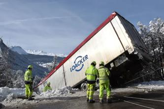 Spektakulärer Unfall. (Bildquelle: Kantonspolizei Graubünden)