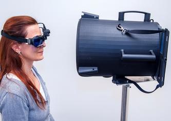 Vorrichtung bei der Entwicklung des neuen Tests: Eine Videobrille, ein umgebauter Papierkorb und ein Tablet reichen technologisch vollständig aus. (c) Insel Gruppe AG
