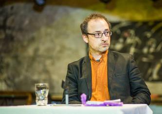 Arpad W.Tóta (43), ungarischer Publizist. Er erhielt 2003 den Pulitzer Preis. Er lebt in Budapest und publiziert in den wenigen, noch existierenden freien Medien.