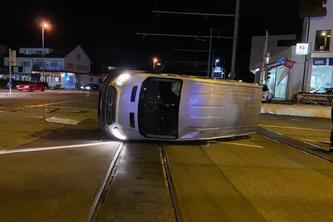 Der Lieferwagen kippte auf die Seite. (Bildquelle: Kantonspolizei Aargau)