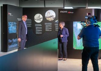 Roland Bilang, Geschäftsführer der Avenergy Suisse und Brigitte Buchmann, Mitglied der Direktion der Empa, eröffneten die Ausstellung im März 2021.