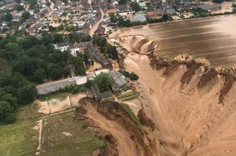 In Erftstadt-Blessem werden viele Menschen vermisst. Häuser sind massiv unterspült worden und einige eingestürzt.