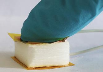 Schon wenig Druck kann im Holzschwamm eine elektrische Spannung erzeugen. Bild: ACS Nano / Empa