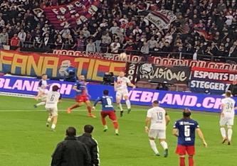 Erfolgreicher Abwehrkampf der Luzerner in Basel. Badstuber klärt vor Cabral und Esposito. (Foto: R. Straumann)