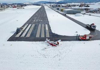 Ein Flugzeug beendet seinen Flug im Schnee in Ecuvillens © Etat de Fribourg - Staat Freiburg