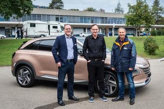Peter Kyburz, Mario Fehr, Regierungsrat und Vorsteher der Sicherheitsdirektion und Urs Fröhli vor dem neuen wasserstoffbetriebenen Hyundai Nexo (Foto: Melanie Duchene)