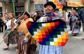 Frauen demonstrieren mit der indigenen Fahne gegen den  Rassismus der Putsch-Regierung  QUELLE:RESUMENLATINOAMERICANO