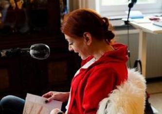 Christina Dütting spricht ihr Leben in ein Mikrofon: Das Hörbuch macht sie für Angehörige lebendig, auch wenn sie nicht mehr ist (Foto: Stern).