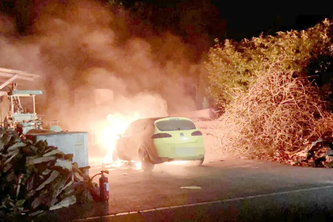 Neuwilen TG - Seat fängt auf Parkplatz Feuer 22.04.2020 | 11:36 Kantonspolizei Thurgau         Nächster ❯    Der Seat erlitt Totalschaden. (Bildquelle: Kantonspolizei Thurgau)  Die Feuerwehr musste in der Nacht auf Mittwoch in Neuwilen ein brennendes Auto