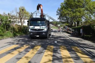 Lastwagenkran kollidiert mit Gerüst (Bildquelle: Kantonspolizei Zürich)
