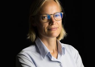 Vorstellung hervorragender Abschlussarbeiten. Lucia Gremmel, Absolventin des Studiengangs Management von Gesundheitsunternehmen erhielt für ihre herausragende Masterarbeit ein Stipendium. Bildrechte: IMC FH Krems