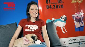 """Moderatorin Nadine Knobloch und Mops Lola moderierten zwei Monate lang das tägliche Format """"Kurzfilm vs Corona""""."""
