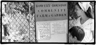 Liz Christy, re. vor dem Bowery-Houston Community Farm&Garden