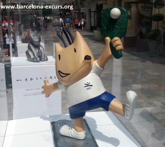 Уличная скульптура Барселоны. Коби - олимпийский символ Барселоны