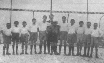 Erste Jugendmannschaft der SpVgg Ziegetsdorf mit Jugendleiter Max Winkler (im Hintergrund)