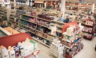 Een willekeurige winkel met overvolle rekken en looppaden