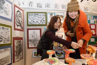 今年1月にチカホで開催された臨床美術作品展の様子(1月31日北海道新聞朝刊より)