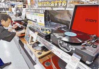 ヨドバシカメラ札幌店では1万円前後のレコードプレーヤーの品ぞろえが充実(6月14日北海道新聞夕刊1面より)