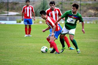 Unai Díaz pelea el balón ante la presencia de un rival y la mirada de Zarate y Hernáez.