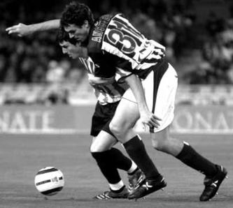 Ansotegi luchando con Aduriz en su debut con la Real. Foto: Mundo Deportivo.