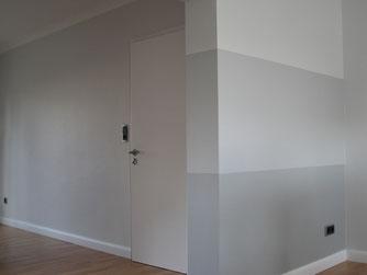 Moderne Raumgestaltung in einem Wohnzimmer an den Wand - und Deckenflächen.