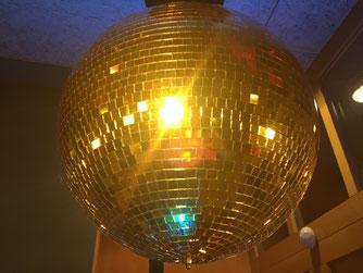 Goldene Spiegelkugel für Hochzeiten und Events