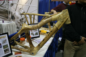 « Bamboo bike frame Bamboosero » par Noah Scalin — http://www.flickr.com/photos/noahscalin/4392824495/. Sous licence CC BY-SA 2.0 via Wikimedia Commons - https://commons.wikimedia.org/wiki/File:Bamboo_bike_frame_Bamboosero.jpg#/media/File:Bamboo_bike_fram
