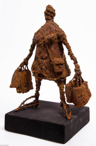 """""""Shopping Queen"""" - aus der Serie """"20 Todsünden"""", Rostplastik 2016, entstanden für die Gruppenausstellung """"Mensch sein"""" der Galerie grenzART"""