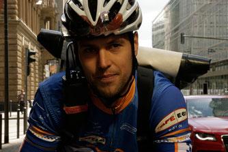 Konzentrierter Fahrradkurier mit Funkgerät